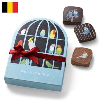 チョコフィーノ 小鳥チョコ  ¥2,525(+8% ¥2,725)  ベルギーの静かな街コルトレイクに店を構える「チョコフィーノ」。伝統的なベルギーチョコレートをベースにしながら、季節や土地柄を感じさせる愛らしいデザインのチョコレートで地元の人々に親しまれています。  そんなショコラトリーとフェリシモがコラボレーションしたチョコは、その愛らしいプリントとパッケージで、昨年、話題沸騰! 今年もフェリシモのためだけにデザインしてもらった、キュートな新作チョコが登場です。