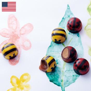 ジョン&キラズ ミニセット  ¥3,550(+8% ¥3,831)  果実やかわいい虫、花のモチーフを中心に、チョコレートで絵本のような独特の世界感を表現し続ける「ジョン&キラズ」。しかし、かわいいだけではありません。使用するハーブ類の栽培指導をしたり、原料のはちみつを農園から直接買い付けるなど、素材へのこだわりはアメリカの有名なグルメマガジンでも取り上げられるほど。今年も目にも口にも心にも、夢の世界を運んでくれますよ。