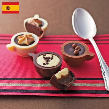 ルドマー コーヒーカップ  ¥2,750(+8% ¥2,967)  「ルドマー」はスペインで1948年創業。60年以上の経験を持つ熟練の職人によって手づくりされるチョコレートは、なんと1,200種以上もあるという老舗です。  そんな中でも地元で長年愛されるのが、手の込んだ細工のコーヒーカップのチョコレート。