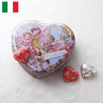 ディコスタ ハートチョコ  ¥2,550(+8% ¥2,752)  イギリスの大人気絵本、フラワーフェアリーのデザインのハートチョコレート。 アフターユースにも使える缶が魅力的な商品です。  缶にはリンゴの花の妖精が、チョコレートのホイルにも妖精が描かれていて、作り手のこだわりを感じる作品です。