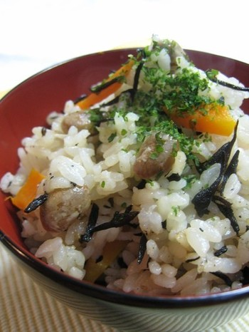 ごはんと一緒に、節分豆も炊飯器で炊いてしまいましょう!豆の風味が豊かで食べごたえのあるご飯になります。切り昆布、しいたけなどなど、具材はなんでも合います。