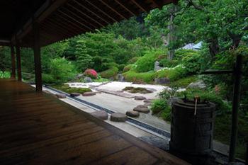 本堂脇には喜泉庵という茶室があり、これに付属する枯山水庭園が浄明寺で一番の見どころです。お抹茶を頂く事もできます。静かなお茶室からのんびりとお庭を眺めれば、癒される事間違い無しでしょう。
