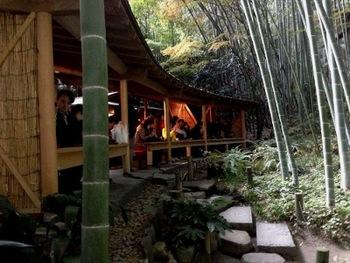 お抹茶券(500円)を購入すると、最奥にある「休耕庵」でお茶と干菓子を頂けます。 座ってお抹茶を味わいながら、ゆっくりと竹林を眺められる贅沢な時間を過ごせます。
