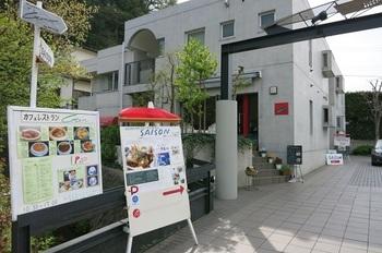 カフェレストランでGENは、金沢街道から報国寺へ入る道沿いにあります。どちらかというと和風な住宅街に突如現れる洋風でお洒落な建物です。しかし周囲とマッチしているデザインで浮いたりはしていません。 テラス席もあり、ペット同伴で立ち寄れるのが嬉しいお店です。