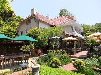 先に紹介した浄明寺の、何と境内で営業するレストランです。築90年の洋館を改築した店舗とイングリッシュガーデン、そして石窯焼きのパンが人気のお店です。