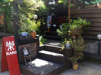 浄明寺バス停から鎌倉方面に歩き、八百屋のある門を曲がると見えてくるのがこちらのお店。 ウッドデッキへと続く階段は緑に囲まれていてとても素敵。こちらのお店も入り口周りからたくさんの品々が展示されており、そうした景色を眺めつつデッキにある椅子やソファで一休みできます。