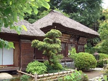 明王院は鎌倉時代創建の真言宗のお寺で、4代将軍藤原頼経の発願により建てられました。明王院の建つ場所は鎌倉幕府のある鶴岡八幡宮周辺からみて鬼門の方角に当たるそうで、鬼除けの為に五大明王をお祀りしています。当時はとても規模の大きなお寺だったそうです。 有名なお寺のような華やかさはありませんが、茅葺屋根の本堂にきちんと造られたお庭がとても清々しく、ついじっくりと過ごしたくなります。