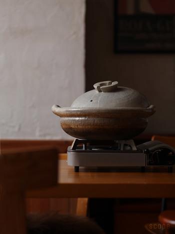 こちらは東屋(あずまや)の伊賀布袋鍋。伊賀の職人により端正込めてつくられたこの土鍋は、本物ならではの味わい深い逸品。じっくりと使いながら土鍋を育てていくといった楽しみもあります。