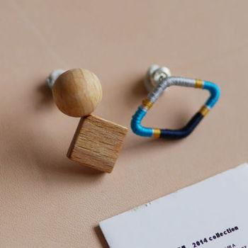 ■シルクウッドピアス 片方はウッド素材で球と正方形が、もう片方は金属の土台にシルクやポリエステルの糸が巻きつけてあります。ネイティブなカラーリングが特徴。