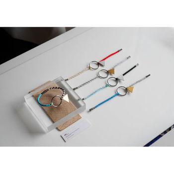 ■サークルブレスレット サークルを中心に、左右それぞれシルクやポリエステルの糸を使った組み紐が付けられているブレスレット。組み紐はすべて手作業で作られているのだとか。カラーパターンは8種類あります。