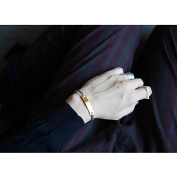 ■ラインブレスレット ステンレスにゴールドメッキ加工を施したプレートの左右にグレー系の組み紐が組み合わさったブレスレット。アンニュイなカラーが腕に馴染みます。