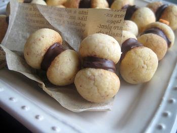 こちらは、イタリアの伝統菓子「貴婦人のキス」という名のチョコサンドクッキー。クッキー生地にアーモンドプードルが練りこまれ、香ばしい風味が特徴。ころんとした形もキュートです。