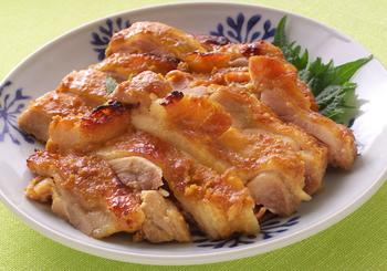 【鶏肉の辛子みそ焼き】 オーブントースターがない場合は、魚焼きグリルを上手に使いこなしましょう。焦げ付きに注意しながら、中までしっかり火を通してくださいね。
