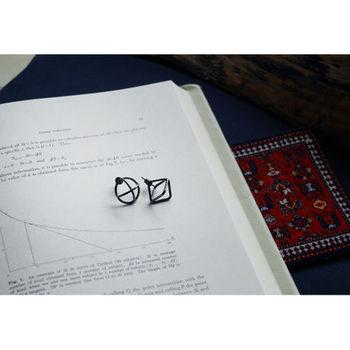 ■ブラックシルバー半幾何学ピアス サークルとスクエアの未完成な幾何学立体をセットにしたピアス。シルバーにいぶし加工が施されています。