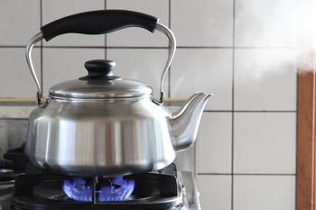 ほどよくつや消しがされている柳宗理のステンレスケトル。少し平べったく作られていて、熱伝導がしやすくなっています。