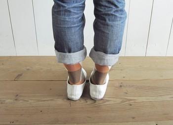トップスやアウターによって色違いの靴下を合わせて。