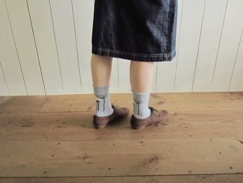 靴からお花が生えているように見える、素敵なデザイン**柄がしっかり見える、スカートやワンピースと合わせたいですね♪