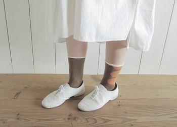 白で揃えたコーディネートのワンポイントにぴったり。白いフチがついていることで、スカートの白、靴の白との統一感が出ます。