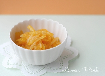 手作りとなると手がかかって大変なレモンピール。でも、レモンの香りの良さは買ったものと比べ物になりません。一度にたくさん作って冷凍しておきましょう。そのまま食べたりケーキに入れたりと、いろいろ楽しめます。