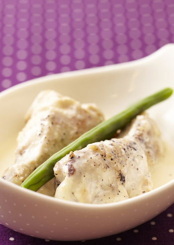 【チキンのクリーム煮】 寒い夜にほっとあたたまりそうなクリーム煮は、チキンステックから出たうま味で幸せ気分になりますよ。寒い時にオススメです。