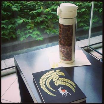 京都・西院春日神社の御朱印帳。黒地に神鹿と金色の藤が刺繍されています。境内に病気を癒すという伝説の霊石「疱瘡石」があります。