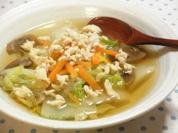 火の通りやすい材料ばかりなので、短時間でパパッと作れるあっさり鶏がらスープ。食べるうちに体がぽかぽかあったまってきますよ。たまにはお味噌汁の代わりにこんなスープはいかが?