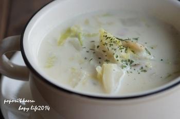 白菜やベーコンを炒めて豆乳で煮込むだけ。顆粒だしで和風に仕立てた、濃厚でほっとする味のスープです。短時間で作れるので、パンと一緒に朝ごはんで食べてもいいですね。