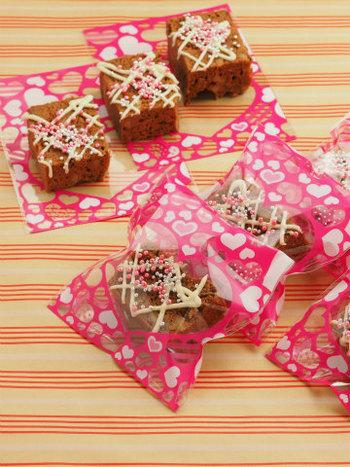 ホットケーキミックスを使ってつくる、チョコミントブラウニー。ブラウニーは分量など多少ラフにつくっても、美味しくできるのが嬉しいところ。スイーツづくりが初めての方におすすめです。