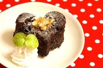 こちらはなんと!チョコも使わず、しっとり濃厚なガトーショコラを作ってしまいました。オーブンも不要なので、超簡単です♪クルミのトッピングが美味しそうですね。