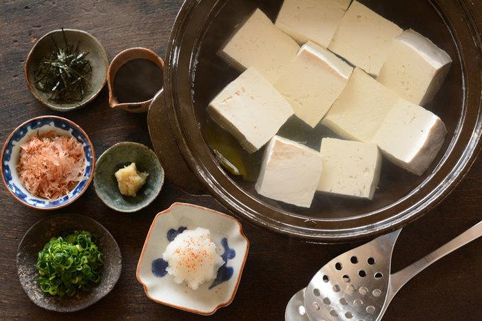 湯豆腐はとっても簡単に作れるのも良いところ。材料もお出汁をとる昆布と、美味しいお豆腐。そこに好みの薬味を用意するだけと、楽ちんで良いですよね。今さらかもしれませんが、美味しく頂くべく基本を学ぶ。昆布の下準備方法と湯豆腐の大まかな手順もご紹介します♪