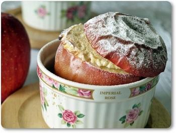 こちらはロシア風の焼きりんご!国によって、こんなに見た目も違うんですね♪ロシア人は乳製品が大好きで、焼きりんごの中にもトゥヴァローク(カッテージチーズ)を入れるのだそう!マトリョーシカにも似てるかも!?