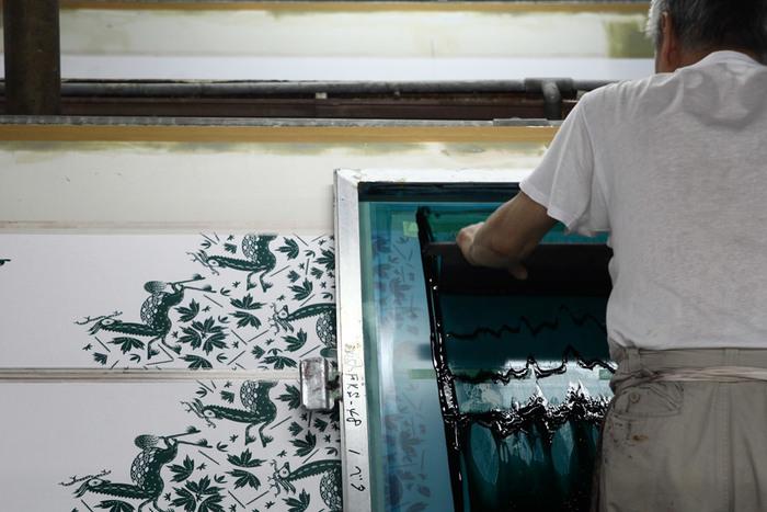 手ぬぐいは京都の手捺染(てなせん)と呼ばれる伝統的な技法で染められています。  職人さんの手作業でひとつひとつ丁寧に作られているのです。