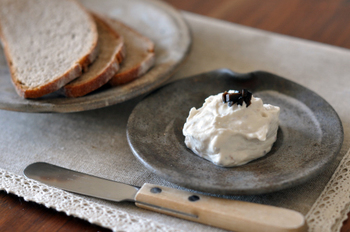 アンチョビの塩味がアクセントになった、こちらもお洒落な一品!水切りヨーグルトと、みじん切りにしたアンチョビ、すりおろしたにんにくを混ぜ合わせ、刻んだオリーブをトッピングしたら完成です。クラッカーは勿論、フランスパン、ライ麦パンなどのハード系のパンにも良く合います。