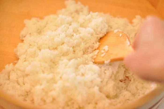 使うのは、しゃもじ・うちわ・巻きす。巻きすがなければラップを使ってもOK。お米は少し硬めに炊いておくのがポイント。 寿司酢の材料を合わせたら、炊きたてのご飯に混ぜ込んでいきます。全体に均一に混ざったあと、ツヤを出すためにうちわであおぎます。