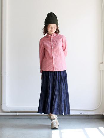 ロングスカートと合わせて、大人カジュアルスタイルに。 スニーカーを投入することで、こんなに旬なスタイルに!