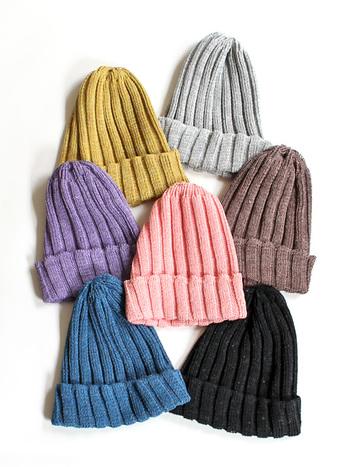 春のスタイルに取り入れたいのが、ニット帽。  リネン100%のサラリと軽い素材感は、見た目にも厚ぼったさがなく、季節の変わり目のスタイルに程よいアクセントとなってくれます。