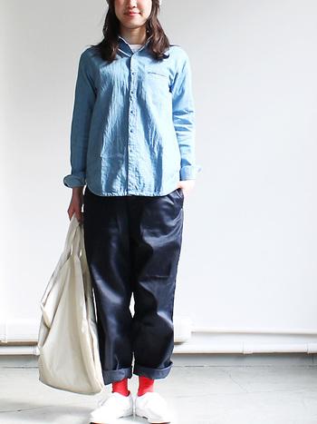 この春注目のデニムシャツは、明るめカラーをチョイス! ソックスのレッドが効いています♪