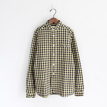 丸襟のシャツは、大き目のギンガムチェックがカジュアルな印象♪ ジャケット代わりにも使えるので、季節の変わり目に大活躍してくれそうですね。