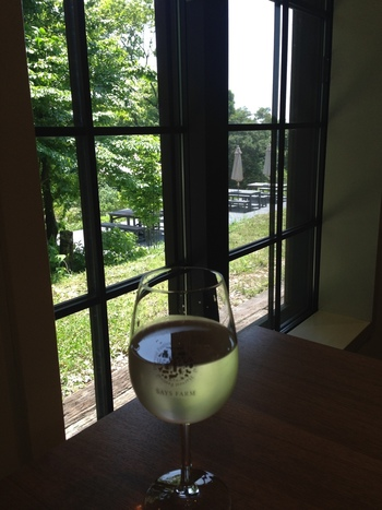 もちろん、ファームのワインはグラスで注文できます。外のテラス席では、セルフサービスでお茶が楽しめます。