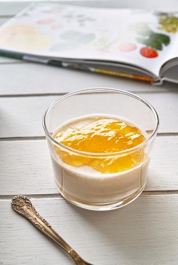 生姜風味のジュレを添えたみかんのババロア。ババロアは、甘酸っぱい柑橘系のフルーツとよく合います。