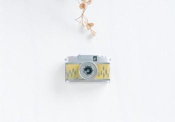 今までのカメラとは、一線を画すデザインカメラ。 ゴツゴツした男性的なイメージの黒やシルバーとは違い、 パステル調の可愛い色合いは、女の子にぴったり。