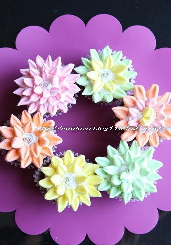 マシュマロをハサミでちょきちょきカットすれば花びらの出来上がり。後はフロスティングを塗ったケーキに並べるだけ。
