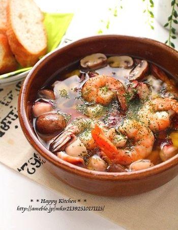 アヒージョとは、オリーブオイルとニンニクで具材をゆっくり低温で煮込むスペイン料理です。具材はもちろん、残ったオイルもおいしくいただけます。パーティーメニューにもふさわしい、華やかさのあるお料理です。