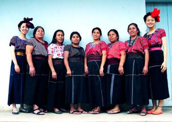 グアテマラでこの方々が縫製をしてくださっています。皆さんのお洋服、素敵ですね。