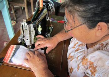 昔おばあちゃんが使っていたようなミシン。現役で大活躍してくれていますね。カタカタというミシンの音が聞こえてきます。
