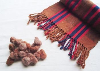 希少な綿を使用して編まれたストールです。とっても暖かい色合いに、心も温まりますね。