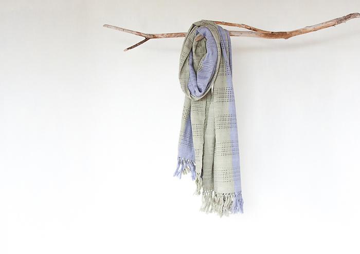 草木染めのショールです。寒色の薄い紫と緑色が、不思議と暖かく感じます。細かい織り柄も素敵です。