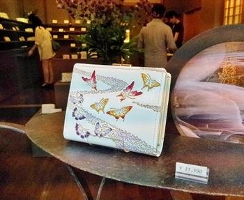 「儚げな蝶」をテーマにしたという「霞蝶」の箱まち口金付き札入れ。通称「がま札」と呼ばれる、シンプルで使いやすい定番のお財布です。