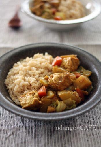 とろとろ煮込んた白菜の水分だけで作る、野菜の旨みが詰まった無水カレー。しょう油とみりん、そして隠し味の豆味噌で仕上げたほっこり和風味です。厚揚げやジャガイモはごろごろ大きめしたほうが食べ応えがあって◎。