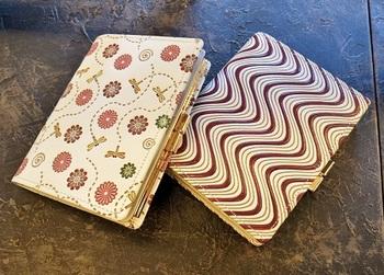 左から「蜻蛉菊」、「横波」。モダンで大人かわいいお財布。